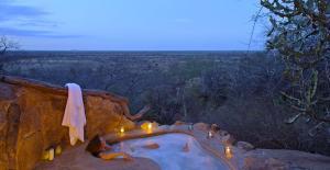 Elsa's Honeymoon Cottage outdoor bath_preview
